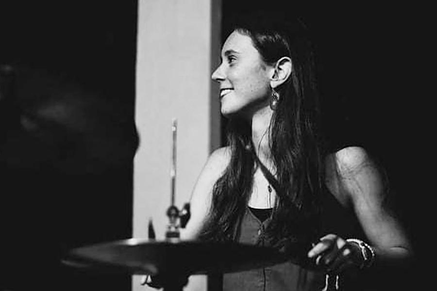 Alumna-de-bateria-Sofia-Galmes-funda-y-desarrolla-el-primer-Encuentro-de-Mujeres-en-el-Jazz-en-Chile